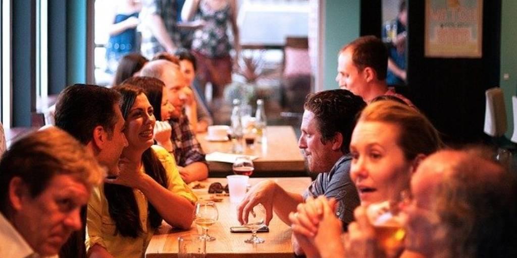 Ein volles Lokal: So soll es sein. Aber oft kommen die Gäste trotz Reservierung nicht. So wird No Show und Schadenersatz immer mehr zum Thema.